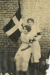 Leonor and Aracelito Garcia with the flag of La Cruz Blanca, 1914