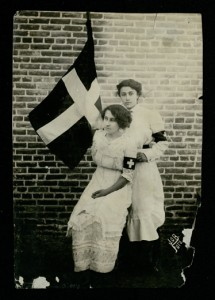 Leonor Villegas de Magnón and Aracelito Garcia with flag of La Cruz Blanca (Leonor Villegas de Magnón Papers, 1914)