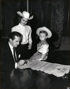 Governor Allan Shivers signs the Fiesta City charter (1952)